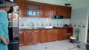 tủ bếp gỗ xoan đào mới hoàn thiện 2